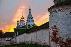 Nachtmening van verlichte kerk en Kathedraal van Ryazan het Kremlin in Rusland royalty-vrije stock afbeeldingen