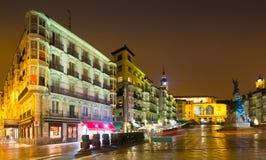 Nachtmening van Virgen Blanca Square Vitoria-Gasteiz, Spanje stock afbeelding