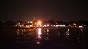 Nachtmening van Wat Phrakeaw of de tempel van Emerald Buddha van Chao Phraya-rivier in Bangkok stock video