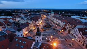 Nachtmening van Witte toren op Hradec Kralove Stock Afbeeldingen