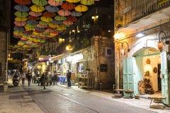 Nachtmening van Yoel Moshe Salomon Street in Jeruzalem met helder gekleurd wordt verfraaid die stock afbeelding