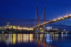 Nachtmening voor de brug over de Gouden hoornbaai in Vladivostok stock fotografie