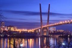 Nachtmening voor de brug over de Gouden hoornbaai in Vladivostok stock afbeelding
