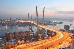 Nachtmening voor de brug over de Gouden hoornbaai in Vladivostok royalty-vrije stock afbeeldingen