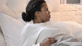 Nachtmerrie, het Slapen Jonge Afrikaanse Vrouwenontwaken in Schok stock video