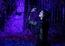 Nachtmodell in der Gebirgslandschaft und mit Lichtern belichtet lizenzfreie stockbilder