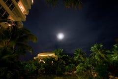 Nachtmond am Luxushotel Lizenzfreie Stockbilder