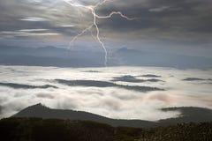 Nachtnebelhafte Berge Lizenzfreies Stockfoto