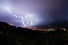 Nachtonweer in bergen Stock Afbeelding