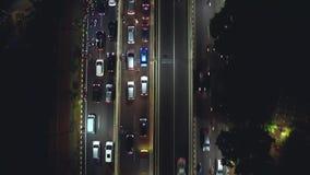 Nachtopstopping met voertuigen die zich langzaam bewegen stock video
