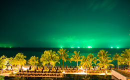 Nachtoverzees met groene hemel Stock Foto