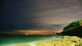 Nachtoverzees, strand en wolken Stock Afbeeldingen