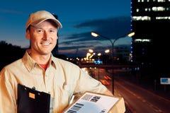 Nachtpaket-Lieferung Lizenzfreies Stockfoto
