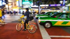 Nachtpanning fotografie van niet geïdentificeerde personenvervoerfiets bij Shibuya-Vierkant Één van wor royalty-vrije stock fotografie