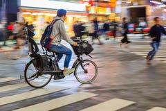 Nachtpanning fotografie van niet geïdentificeerde personenvervoerfiets bij Shibuya-Vierkant Één van wor royalty-vrije stock afbeeldingen