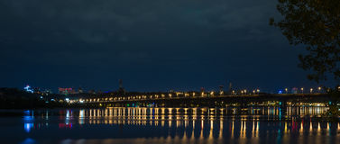 Nachtpanorama über dem Dnieper Lizenzfreie Stockfotografie