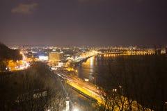 Nachtpanorama bij de stad van Kiev, de Oekraïne Royalty-vrije Stock Foto