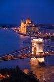 Nachtpanorama der Hängebrücke und des Parlaments Lizenzfreies Stockfoto