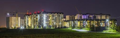 Nachtpanorama des neuen errichteten und noch im Bau apartme Lizenzfreie Stockfotos