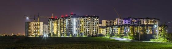 Nachtpanorama des neuen errichteten und noch im Bau apartme Stockfoto