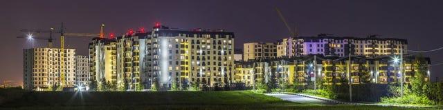 Nachtpanorama des neuen errichteten und noch im Bau apartme Stockfotos