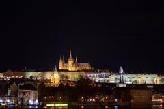 Nachtpanorama die de historische gebouwen van het Kasteel van Praag overzien stock fotografie