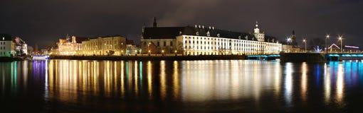 Nachtpanorama mit Gebäuden Lizenzfreies Stockbild