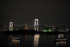 Nachtpanorama van de Baai van Tokyo met Regenboogbrug Stock Fotografie