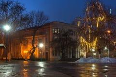 Nachtpanorama van de Centrale Straat met Kerstmisdecoratie in stad van Plovdiv, Bulgari Royalty-vrije Stock Fotografie