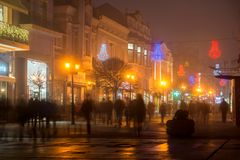 Nachtpanorama van de Centrale Straat met Kerstmisdecoratie in stad van Plovdiv, Bulgari Stock Foto's