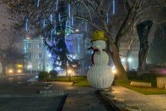 Nachtpanorama van de Centrale Straat met Kerstmisdecoratie in stad van Plovdiv, Bulgari Stock Foto