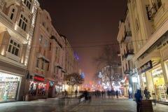 Nachtpanorama van de Centrale Straat met Kerstmisdecoratie in stad van Plovdiv, Bulgari Royalty-vrije Stock Foto
