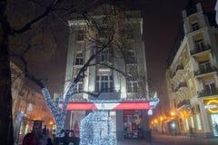 Nachtpanorama van de Centrale Straat met Kerstmisdecoratie in stad van Plovdiv, Bulgari Royalty-vrije Stock Afbeeldingen