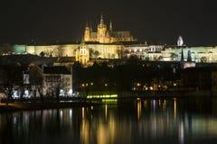 Nachtpanorama van de Kathedraal in Praag stock foto