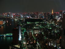 Nachtpanorama van de stad van Tokyo met wolkenkrabbers en de baai van Tokyo Royalty-vrije Stock Afbeeldingen