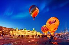 Nachtpanorama van het de winterfestival van ballons stock foto's