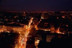 Nachtpanorama van het Porto stadscentrum en de Douro-rivier met de lichtenbezinningen in het water royalty-vrije stock fotografie