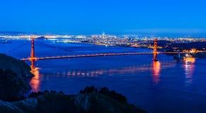 Nachtpanorama van San Francisco en Golden gate bridge royalty-vrije stock foto