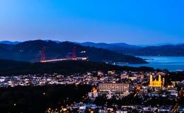 Nachtpanorama van San Francisco en Golden gate bridge royalty-vrije stock afbeeldingen