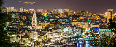 Nachtpanorama van Spleet, Kroatië Stock Foto
