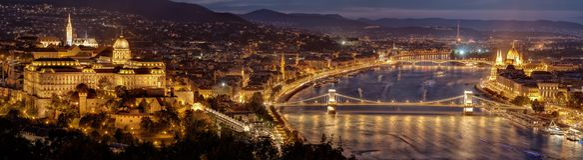 Nachtpanorama von Budapest-Stadt - Hauptstadt von Ungarn Parlamentsgebäude auf Recht-, Buda-Schlosshügel auf links und Hängebrück Lizenzfreies Stockfoto