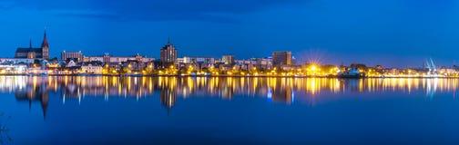 Nachtpanoramaansicht nach Rostock Hafen des Flusses Warnow und der Stadt Lizenzfreies Stockbild