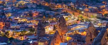Nachtpanoramablick von Goreme, Cappadocia, die Türkei lizenzfreies stockbild