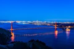 Nachtpanoramablick von San Francisco und von Golden gate bridge lizenzfreie stockfotos