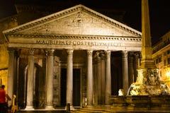 Nachtpantheon in Rom - quadrieren Sie mit Kirche und Brunnen Lizenzfreie Stockbilder