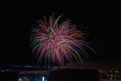 Nachtpartei mit Feuerwerken mit vielen Farben lizenzfreie stockfotos