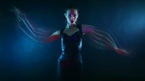 Nachtpartij, Nachtleven Mooie Sexy Vrouw het Dansen Psychologische mystieke oosterse Shakti dans stock videobeelden