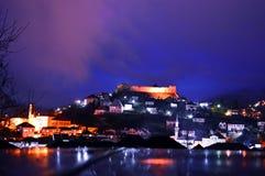 Nachtphotographie der besten touristischen Stadtanziehungskraft in Bosnien und Herzegowina Stadt Jajce, Novemberr 2017 Stockfotografie