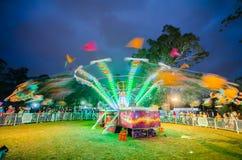 Nachtphotographie der Schwingenfahrt in der Geschwindigkeitsbewegung an der Gemeinschaftsspaßmesse, Parramatta-Park Stockfoto