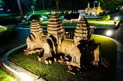 Nachtphotographie des Phra-prang Sam-yot lopburi am Miniaturpark ist- ein offener Raum, der Miniaturgebäude anzeigt stockbilder